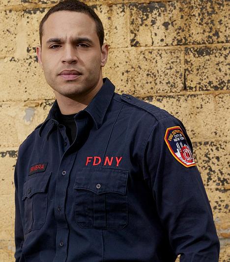 Daniel SunjataA Ments meg! azért szerethető sorozat, mert a főszereplő tűzoltók igazi hús-vér férfiak, akik jó és rossz tulajdonságokkal egyaránt rendelkeznek. Van köztük idősebb, fiatalabb, csúnya és persze jóképű is - csakúgy, mint az életben. A Daniel Sunjata által alakított Franco Rivera igazi nőcsábász.