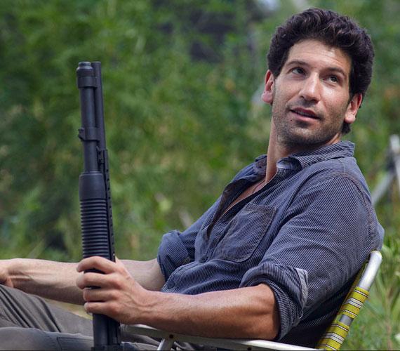 A The Walking Dead című sorozat eldurvult zsarujaként zombikat öldöklő Jon Bernthalt rosszfiús karaktere ellenére is sok nő tartja vonzónak, habár nem mondható kifejezetten jóképűnek.