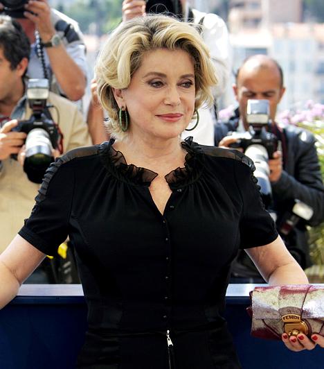 Catherine Deneuve  A kétgyermekes francia jégkirálynő karrierje során a legnevesebb rendezőkkel dolgozott együtt Buñueltől Polanskiig. Ez idő alatt két Cézar-díjat zsebelt be, és Oscarra is jelölték. Még most is forgat, ezenfelül a Louis Vuitton márka arca és UNESCO jószolgálati nagykövet. Kapcsolódó cikk: Ezt látnod kell! Catherine Deneuve lánya túlragyogta anyját a gálán »