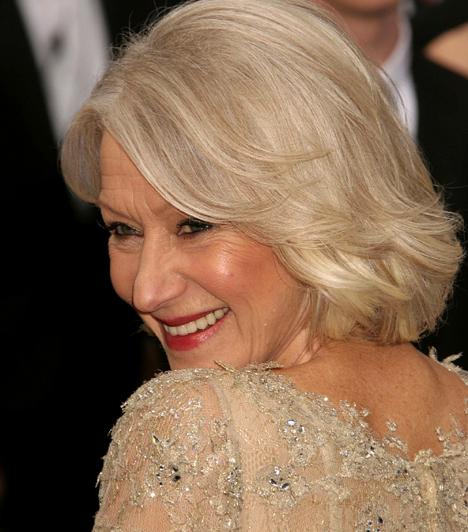 Helen Mirren  A zseniális brit sztár 1965-ben szerepelt először filmben. A 2006-os Királynőben nyújtott alakításáért többek közt Oscarral díjazták. A mély drámák azonban nem zárják ki, hogy olykor az összes ruhájától megszabaduljon, ha a szerep úgy kívánja. A 2002-es Tavasz Rómában című moziban például 57 évesen pucérkodott. Kapcsolódó cikk: Elképesztő! Helen Mirren 60 fölött dögösebb, mint fiatalon »