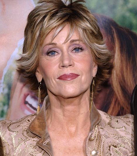Jane Fonda  Az egykori aerobic-királynő már túl van a hetvenedik életévén, ennek ellenére még mindig aktív és fitt - különösen, amióta megműtötték a csípőjét. Az 1979-es Hazatérés Oscar-díjas sztárja ugyan már kevesebbet forgat, de a Broadway színpadán még fellép, 2005-ben pedig kiadta önéletrajzát. Három férjétől elvált, az ezredforduló óta Richard Perryvel él.  Kapcsolódó sztárlexikon: Ilyen volt, ilyen lett: Jane Fonda »
