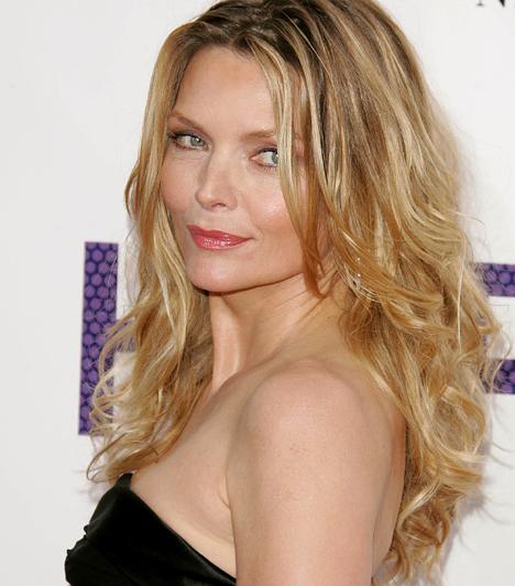 Michelle Pfeiffer  Egy tízest simán letagadhatna a korából a még mindig bájos, 1958-as születésű Michelle Pfeiffer: nem csoda, ha a Cheri - Egy kurtizán szerelme című 2009-es filmjében egy 18 éves fiúval keveredik forró kapcsolatba. Számos romantikus viszony után David E. Kelley-vel házasodott össze. Adoptált gyermeke mellé 1994-ben született meg fia.