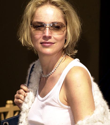 Sharon Stone  Az 1958-as születésű érzéki szőke színésznő kétségtelenül az 1992-es Elemi ösztön lábtárogatós jelenetével lopta be magát a férfiak szívébe. Azóta igyekezett drámai érzékét is megcsillogtatni olyan nagy volumenű alkotásokban, mint a Casino, bár az ezredforduló óta mintha nem találná a helyét. Kapcsolódó cikk: 20 évet letagadhatna! Sharon Stone istennőként tündökölt a forgatáson »