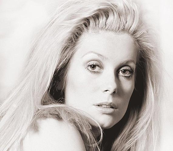 Egy évvel később, 1968-ban egy másik francia szexszimbólum, Catherine Deneuve volt a modellje. A hűvös szépségű francia színésznőt akkoriban már sokan ismerték, köszönhetően Louis Bunuel filmjének, A nap szépének, melyért a BAFTA-díjra is jelölték, bár ezt végül nem kapta meg.