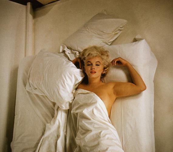 Douglas Kirkland 24 éves ambiciózus fotós volt, Marilyn Monroe pedig már ünnepelt sztár, amikor 1961. november 17-én sor került a fotózásra. Mint Kirkland később felidézte, Marilyn a fotózásról maga küldte ki az embereket, hogy még intimebb környezetet teremtsen - aztán az ágyba invitálta az őt fényképező fiatalembert, ám az ellenállt a kísértésnek. Senki sem sejtette, hogy ez után a fotózás után alig egy évvel, 1962. augusztus 5-én, 36 évesen holtan találják a színésznőt.