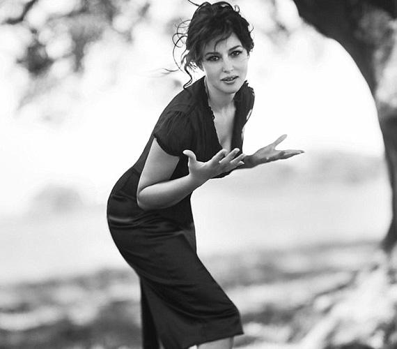 Monica Bellucci 2006-ban pózolt Douglas Kirkland kamerája előtt, a Vanity Fair magazin felkérésére. Az olasz bombázó ekkor már 42 éves volt és egy gyermek édesanyja, második gyermeke 2010-ben jött világra férjétől, Vincent Casselltől. Tavaly augusztusban jelentették be, hogy 14 év házasság után különköltöztek.