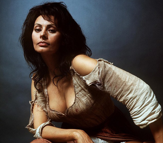 1972-ben került a fotós lencséje elé Sophia Loren, az olasz díva, aki akkor már sikert sikerre halmozott olyan filmekhez fűződő alakításai révén, mint a Nápolyban kezdődött, Házasság olasz módra, illetve az Egy asszony meg a lánya, mely utóbbiért Oscart is kapott. Ráadásul ekkor már édesanya volt, fia, Carlo Ponti Jr. 1968-ban született meg, a fotózás után alig egy évvel pedig második gyermeke, Edoardo Ponti is világra jött.