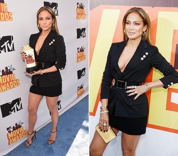 Jennifer Lopeztől megszoktuk a dögös szereléseket, ez az április 12-i MTV Movie Awards-díjátadón sem volt másképp, ahol merész ruhájában egyszerre mutatta meg formás lábait és a dekoltázsát. A 45 éves, kétgyerekes színésznőt a legijesztőbb alakítás kategóriában díjazták, a Szomszéd fiú című film egyik főszerepének eljátszásáért.