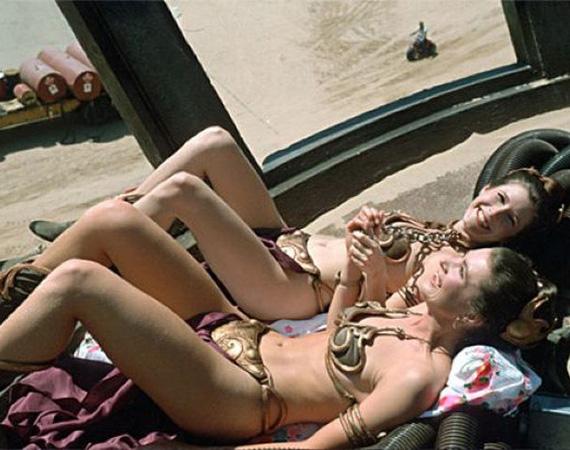 Az egyik leghíresebb fotó, ami a Star Wars trilógiához kötődik, nem is filmjelenet, hanem a forgatási szünetben készült. A Jedi visszatér 1983-as forgatásakor bizonyára szép idő volt, ekkor kapták le a Leia hercegnőt alakító Carrie Fishert és dublőrét, Sandie Grosst, ahogy napfürdőznek a híres arany bikiniben.