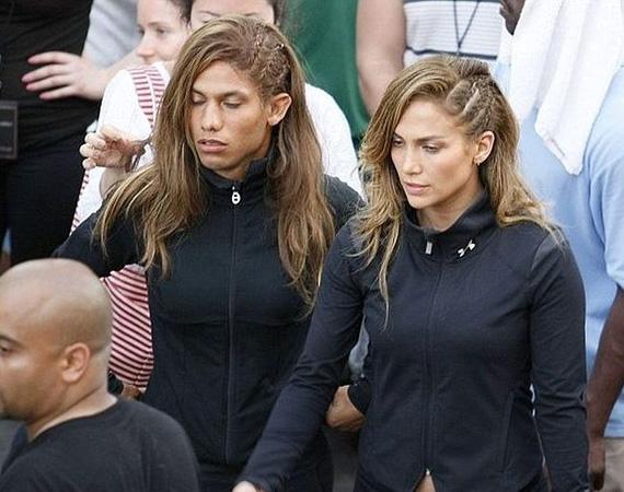 Jennifer Lopez Acapulcóban forgatta 2012 márciusában a Follow the Leader című dalának mozgalmas videoklipjét. Mivel a kisfilmben háztetőkről kellett leugrálni, a nehezebb jeleneteknél J. Lo helyett egy férfi kaszkadőr ugrott be.