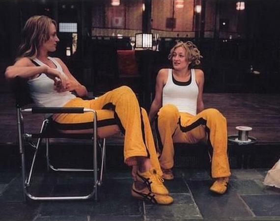 A Kill Billben Zoe Bell Uma Thurman kaszkadőre volt, ezen a fotón mindketten a híres sárga overallt viselik.