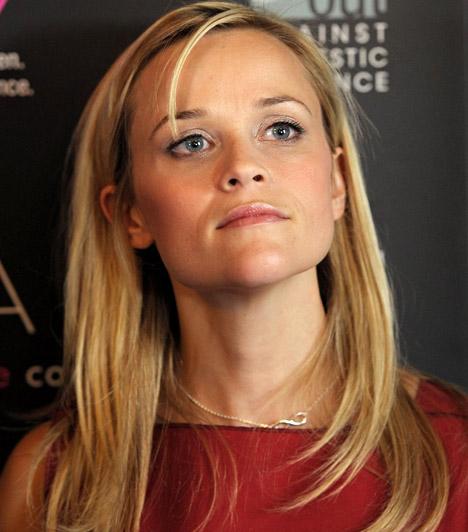 Reese Witherspoon  A szőke színésznőt 2011 szeptemberében futás közben, a zebrán gázolta el egy idős nő - Witherspoon kisebb horzsolásokkal megúszta a balesetet.  Kapcsolódó cikk: Gyanútlanul kocogott! A zebrán gázolták el az ismert színésznőt »