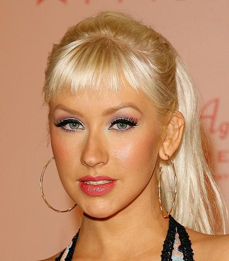 Christina Aguilera  A dögös énekesnő 2009 decemberében fehér Range Roverével utazott, amikor egy bal kanyart követően összeütközött egy másik Range Roverrel. A balesetben senki sem sérült meg, és a rendőröket sem hívták ki a helyszínre.  Kapcsolódó címke: Christina Aguilera »