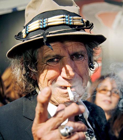 Keith RichardsA Rolling Stones kultikus gitárosa 2006. április 27-én zuhant le egy fáról a Fidzsi-szigeteken. Súlyos sérülése miatt az együttesnek hat héttel el kellett csúsztatnia európai turnéját, ám ennek ellenére természetesen igyekeztek szinte az összes elmaradt fellépésüket később pótolni.