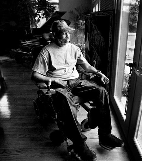 Teddy PendergrassA világhírű soul énekes gépkocsijának féke 1982. március 18-án romlott el, autója lesodródott az útról, és két fának is nekicsapódott. Pendergrass eltörte a gerincét, ezért élete hátralévő részét tolószékben kellett töltenie. 2010 januárjában hunyt el rákban.