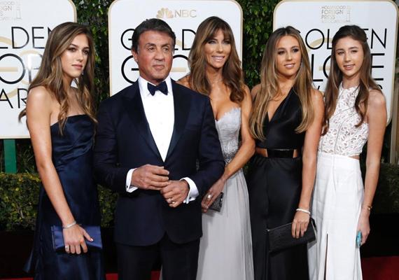 Sylvester Stallone láthatóan remekül érzi magát a csodaszép hölgykoszorúban. Büszke is lehet rájuk, felesége és lányai is káprázatosan festettek a gálán.