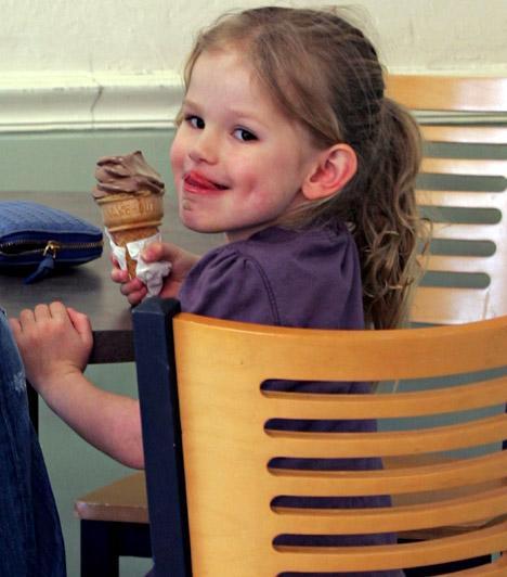 Violet Anne Affleck  Jennifer Garner kislánya 2005 decemberében született. A mosolygós csöppség mamája kicsinyített mása - kistestvére négy évvel később jött a világra, 2012 tavaszára pedig újabb taggal bővül a család.  Kapcsolódó cikk: Jennifer Garner kislánya szebb, mint a mamája »