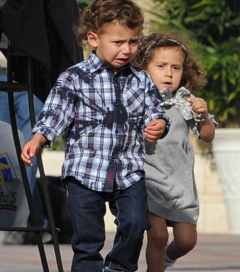 Emme Maribel Muñiz és Maximilian David Muñiz  Jennifer Lopez sokáig csak a karrierjére koncertrált, ám 2008 februárjában duplán lett édesanya - ekkor jöttek világra ikrei. A kislány és a fiúcska is hasonlít a híres mamára. Ám a két csöppség sem tudta összetartani házasságát Marc Anthony-val, 2011 nyarán bejelentették, hogy válnak.