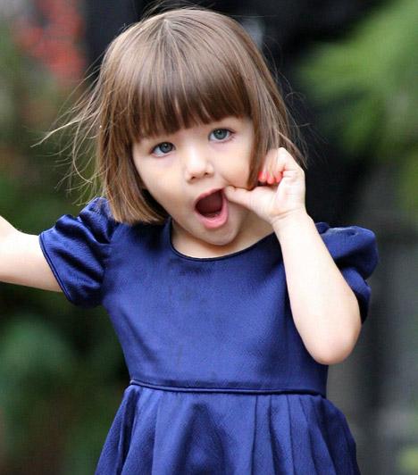 Suri Cruise  Tom Cruise-ék kislánya talán Hollywood legismertebb sztárcsemetéje. 2006 áprilisában született, de szülei már magassarkúban járatják. Ám - ahogyan a pillanatfotó is mutatja -, divat ide vagy oda, Suri is csak egy kisgyerek, aki, ha úgy tartja kedve, örömmel matat a szájában.  Kapcsolódó cikk: 5 éves lánya csinosabb! Katie Holmes szakadt ruhája a fotósokat is meglepte »
