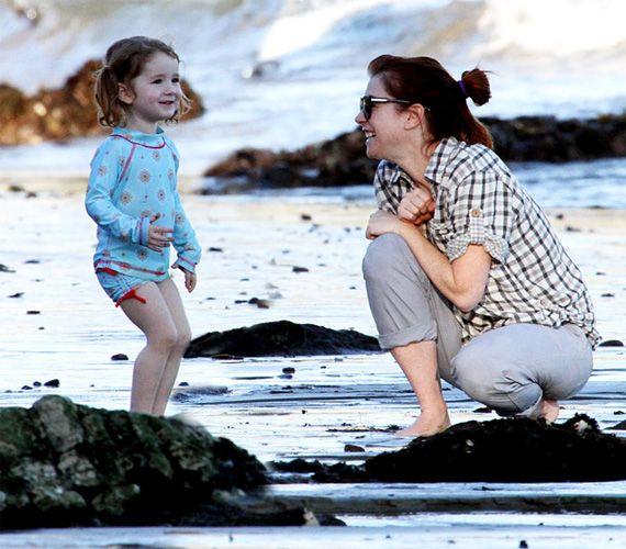 Satyana biztos valami vicceset mondott az Így jártam anyátokkal sztárjának, Alyson Hannigannak.