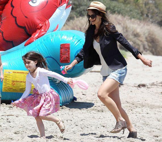 Tom Cruise védelmező tekintete nélkül futkosott Suri és édesanyja, Katie Holmes. A színésznőtől érdekes választás volt strandra a magas sarkú szandál.