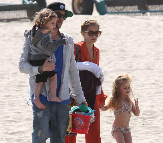 Nicole Richie és Joel Madden egy teljes napot töltött csemetéivel a tengerparton.