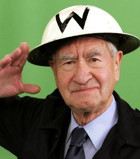 Bill PertweeA Csengetett, Mylord? Wilson kapitány május 27-én váratlanul rosszul lett, mentőhelikopterrel kellett kórházba szállítani, ám ott már nem tudtak segíteni rajta. A 86 éves színész pontosan azon a napon halt meg, mint nyolc évvel ezelőtt a felesége, akivel 45 évig éltek boldogan.Kapcsolódó cikk:A kórházban elhunyt a legendás színész »