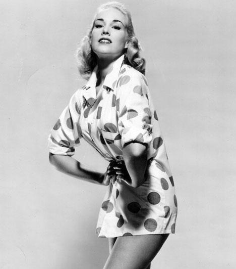 Larri ThomasA 81 éves sztárt Hollywood egyik legszebb nőjeként tartották számon, halálával egy igazi szexszimbólummal lett szegényebb a világ. Ismerősei szerint már nehézkes volt a mozgása, így fordulhatott elő, hogy otthonában megbotlott, és az esés következtében életét vesztette.Kapcsolódó cikk:Elhunyt az egykori szexszimbólum »