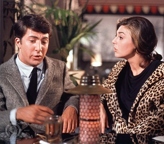 Az 1967-ben bemutatott Diploma előtt című film hatalmas port kavart, hiszen a történet arról szólt, hogyan csábít el egy végzős egyetemistát egy középkorú asszony. Kapcsolatukat pedig tovább bonyolítja, hogy a fiú beleszeret a nő lányába. Ám a valóságban közel sem lett volna olyan botrányos az a viszony: a szeretőt alakító, akkor 36 éves Anne Bancroft csupán hat évvel volt idősebb a diákbőrbe bújó, valójában már 30 éves Dustin Hoffmannál. Sőt, a lányát megformáló, 27 éves Katherine Rosstól is csak kilenc év választotta el.