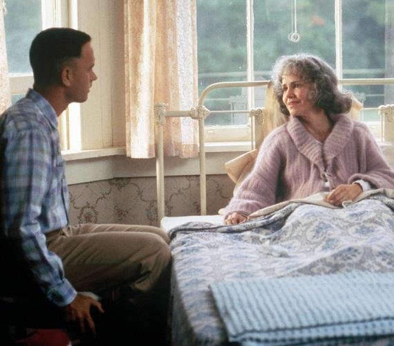 Az 1994-es Forrest Gumpban fontos szerep jutott anya és fia kapcsolatának, ami addig nem is volt probléma, amíg Forrest kicsi volt. Ám a felnőtt Forrest, azaz Tom Hanks és az édesanyját alakító Sally Field között csupán tíz év a különbség - Hanks 38, míg a színésznő 48 éves volt a film bemutatásakor.