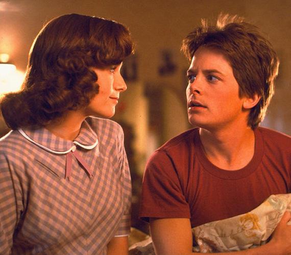 Az 1985-ben bemutatott Vissza a jövőbe történetében Marty McFly összevissza utazgatott az időben, így fordult elő, hogy a múltban találkozott édesanyja fiatalkori énjével. Mivel Lea Thompson játszotta a 30 évvel későbbi jelenben is Marty anyját, ezért mesterségesen öregítettek rajta. Thompson és a Martyt játszó Michael J. Fox ugyanis egyidősek - mindketten 24 évesek voltak a premier évében.
