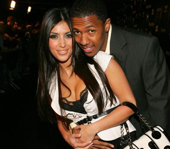 Mielőtt Mariah Carey férje lett, Nick Cannonnak sikerült Kim Kardashiant is befűznie. A két celeb 2006-tól 2007-ig járt, és a férfi állítólag azért szakított kedvesével, mert az letagadta a szexvideóját. Kim Kardashian azóta megfogta magának Kanye Westet, akihez idén nagy csinnadrattával férjhez is ment.