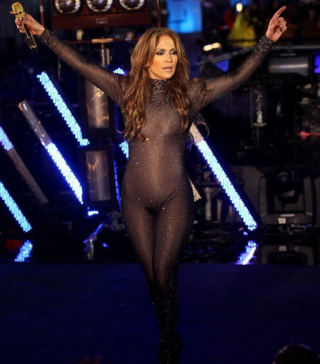 Jennifer Lopez  Az énekesnőként, táncosként, színésznőként, divattervezőként és az American Idol tehetségkutató zsűritagjaként is ismert Jennifer Lopez átlátszó hatású ruhájában sem jött zavarba.  Kapcsolódó cikk: Te bevállalnád? Képeken 2011 legbotrányosabb sztárjai és arcpirító ruháik »