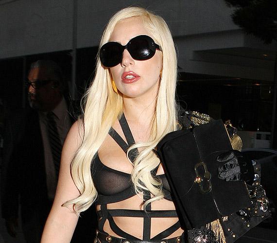 Lady Gagának sem ártana néha tükörbe néznie, mielőtt a nyilvánosság elé lép. Ez a fekete darab sem volt túl előnyös számára.