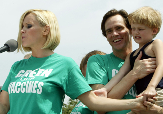 A 42 éves Jenny McCarthy kisfia, Evan, akinek a színész Jim Carrey az apukája, szintén autista. Állítólag a kisfiú egyszer felhívta a rendőrséget, hogy bepanaszolja nekik anyukáját, aki vezetés közben sms-ezett. Nem tudta ugyanis elviselni, hogy a jól ismert szabályt nem tartja be.