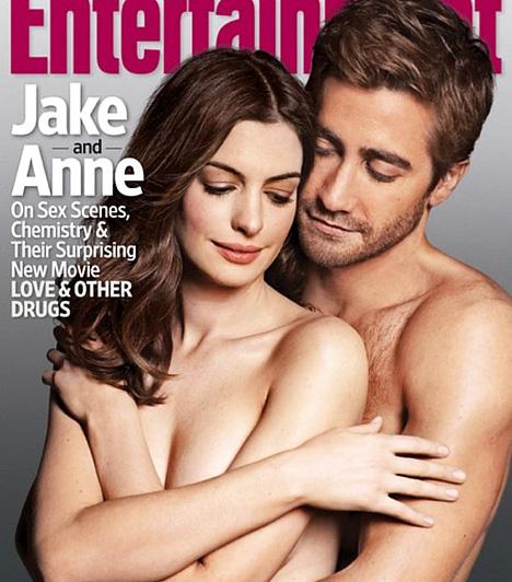 Jake Gyllenhaal és Anne Hathaway  Jake Gyllenhaal és Anne Hathaway 2010 novemberében pózoltak együtt az Entertainment Weekly címlapján - akkoriban került a mozikba közös filmjük, a Szerelem és más drogok. a meztelen borítóból egyébként háromféle készült: az egyiken nevetgélnek, a másik komoly, és ez a harmadik az érzékibb, intimebb változat.