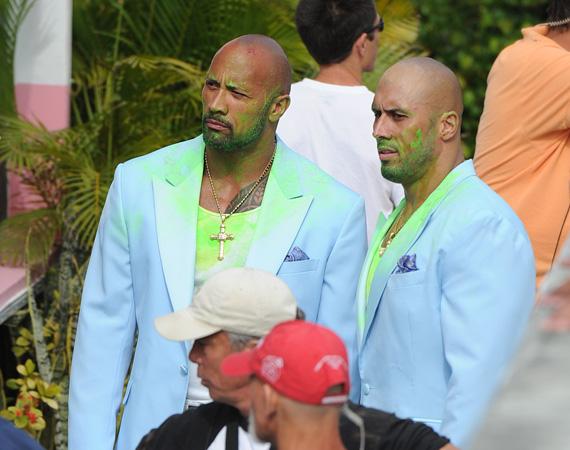 Még a Sziklának is szüksége van dublőrre! A kép 2012 áprilisában készült a Pain&Gain forgatásán Miamiban, Dwayne Johnson mellett Tanoai Reed honolului kaszkadőr, aki a legtöbb filmjében - például Pancser-police, Boszorkány-hegy - Johnson dublőre.