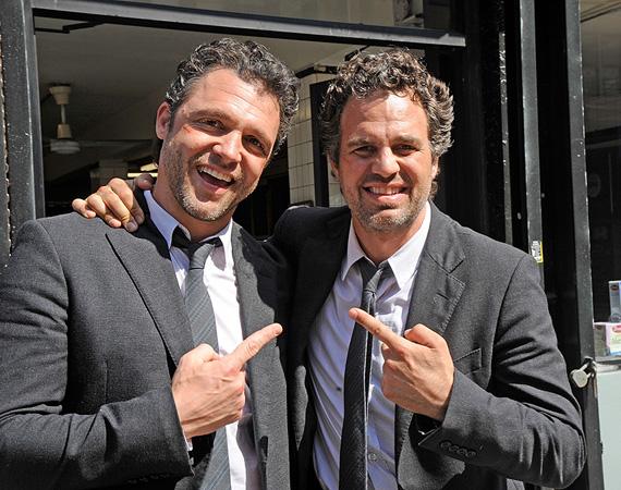 Mark Ruffalót a rá megszólalásig hasonlító Anthony Molinari helyettesítette a Szemfényvesztőkben, a 2012-es New York-i forgatáson készült a fotó. A férfi több sorozatban, mint a True Blood, a CSI: A helyszínelők vagy a Sons of Anarchy is kaszkadőrködik.