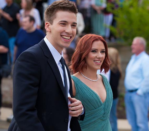 Ahol Scarlett Johansson megjelenik, ott mindig van bámészkodnivalója a férfiaknak. Ám ha magával viszi sármos ikertestvérét, Huntert, akkor a nők is kedvükre nézelődhetnek. Az igazán jóképű testvér megpróbálkozott ugyan egy rövid ideig a színészettel, de aztán inkább civil szakmára váltott, viszont testvérét gyakran kíséri el mindenféle vörös szőnyeges eseményre.