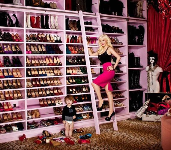 Christina Aguilera több folyóméternyi rószaszín polcot pakolt tele a ruháival, de, amitől semmiképp sem válna meg, az pazar cipőkollekciója.