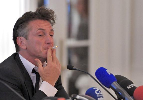 Bár a dohányzás magában még nem feltétlenül gusztustalan, az már azért megérdemel egy szemöldökemelést, ha valaki akkora láncdohányos, hogy egy sajtótájékoztatón sem képes kiszedni a szájából a cigit.