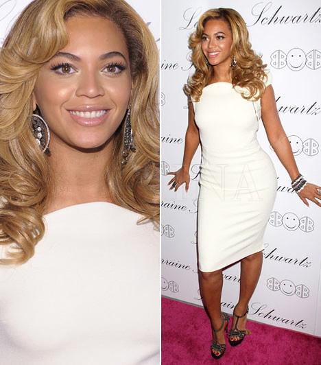 Beyoncé  A dögös énekesnő, Beyoncé 2011 májusában viselte ezt a klasszikus szabású, elegáns Antonio Berardi-ruhát az ékszertervező Lorraine Schwartz kollekciójának bemutatóján. A szexis díva egy magassarkú Cesare Paciotti-szandállal tette teljessé megjelenését.  Kapcsolódó cikk: Nem sokat bízott a fantáziára! Beyoncé átlátszó ruhában lépett a színpadra »