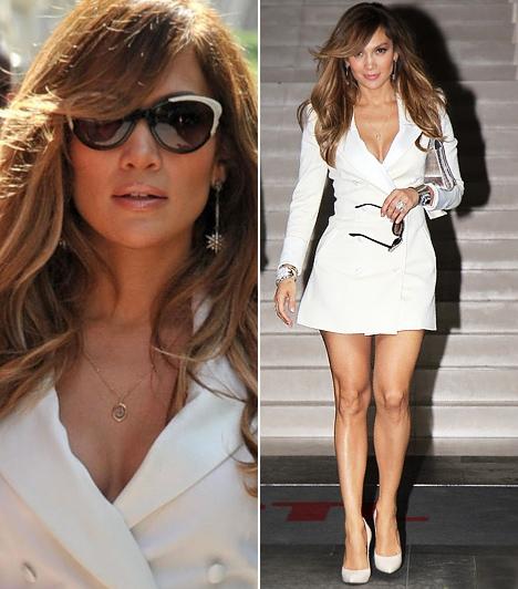 Jennifer Lopez  A latin díva kreol bőrén jól mutatnak a világos színek, nem véletlen, hogy legutóbbi párizsi látogatása alkalmával is egy kétsoros, hófehér miniruhában jelent meg a Le Royal Monceau Hotelben rendezett eseményen. A szexis kreáció egyébként Rachel Zoe kollekciójából való.  Kapcsolódó cikk: Bevállalós díva! Jennifer Lopez feszes pink ruhába préselte magát a gálára »