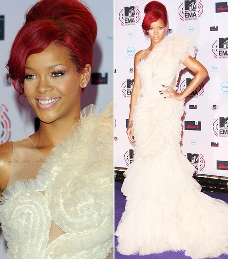 Rihanna  A bevállalós énekesnő szeret sokat mutatni magából, az MTV EMA európai díjkiosztójára mégis egy klasszikusan elegáns, hófehér ruhát választott. A szexis, fordros, aszimmetrikus Marchesa-estélyi remekül illet a Madridban rendezett gála hangulatához.  Kapcsolódó cikk: Te bevállalnád? Rihanna falatnyi nadrágban mutatta meg húsos combjait »