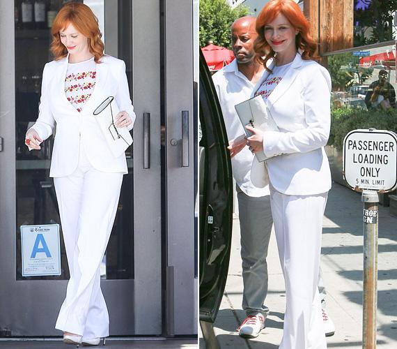 Christina Hendrickset, a Reklámőrültek bombázóját június 27-én, pénteken kapták lencsevégre Los Angelesben. A 39 éves színésznő egyik barátja esküvőjére volt hivatalos, és jó érzékkel ezúttal egy hófehér nadrágkosztümre szavazott, melyet vörös virágos felsővel egészített ki. Bár kimondottan csinos volt, ugyanakkor a nadrág eltakarta híresen nőies vonalait, így bizonyára nem lopta el a rivaldafényt a menyasszony elől.