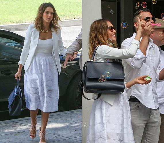 Úgy látszik, ez a június 27-i péntek volt a tökéletes nap egy esküvőre, hiszen Christina Hendricksen kívül Jessica Albát szintén egy esküvőn kapták le a fotósok Beverly Hillsben férjével, Cash Warrennel. A 33 éves színésznő kedvenc fodrásza, Jen Atkin nagy napjára volt hivatalos - érdekesség, hogy ezúttal a vendég viselt fehéret, a menyasszony pedig feketét.