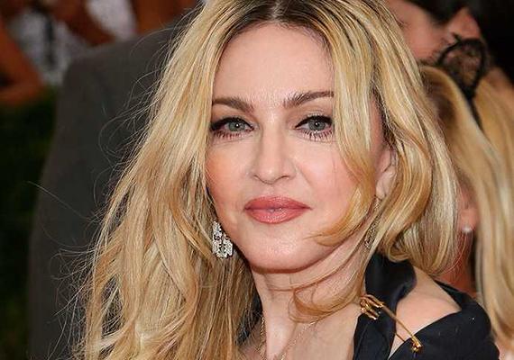 Gondoltad volna, hogy Madonna a középiskolában kitűnő tanuló volt? Olyan jól ment neki a tanulás, hogy a Michigani Egyetemtől tanulmányi ösztöndíjat kapott, ő mégis inkább a zenét választotta. Madonna polgárpukkasztó megnyilvánulásai miatt nem ismeretlen senki számára, de 140-es IQ mellett ezt talán elnézhetjük neki.
