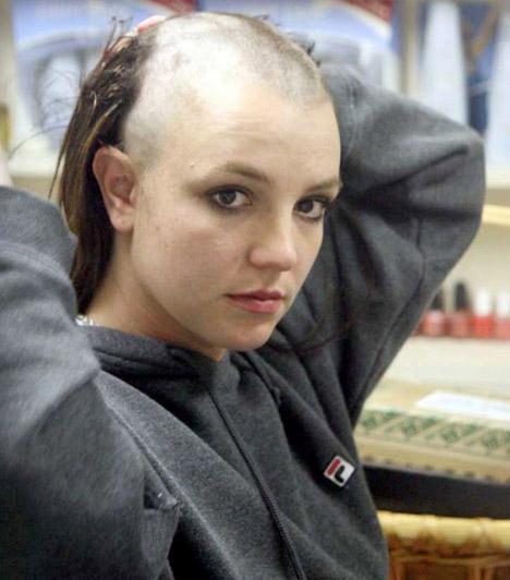 Britney Spears  A botrányairól híres énekesnő nem egy szerep kedvéért borotválta kopaszra fejét, sokkal inkább megkérdőjelelezhető elmeállapotának tudható be a drasztikus változás, mely 2007-ben következett be. Azóta már visszanövesztette szőke fürtjeit.  Kapcsolódó cikk: Rég láttuk ilyen dögösnek! Britney Spears mélyen dekoltált ruhában ment a gálára »