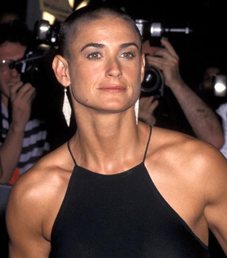 Demi Moore  A külsejére mindig kínosan ügyelő színésznő az 1997-es G.I.Jane című film kedvéért vált meg hosszú barna hajától, testét pedig kemény edzésekkel tette szálkássá.  Kapcsolódó cikk: Alig lehet ráismerni! Demi Moore fájdalmasan beleöregedett a válásba »