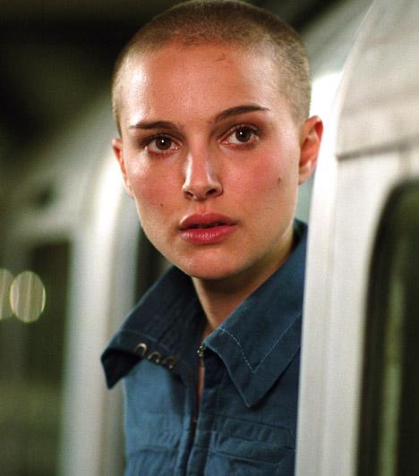 Natalie Portman  A Leon, a profi Matildájaként ismertté vált, felnőttként is sikeres barna színésznő is feláldozta hajkoronáját egy szerep kedvéért: a V, mint Vérbosszúban láthattuk kopaszon.  Kapcsolódó sztárlexikon: Ilyen volt, ilyen lett: Natalie Portman »